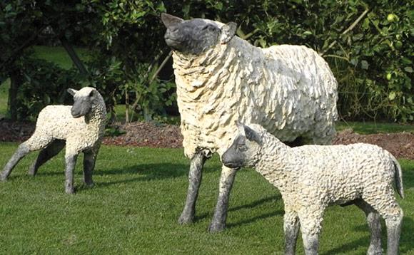 Sculptures de moutons en bois