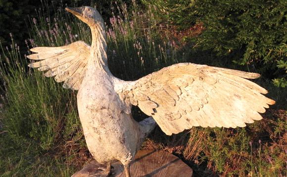 Sculpture d'une oie en bois